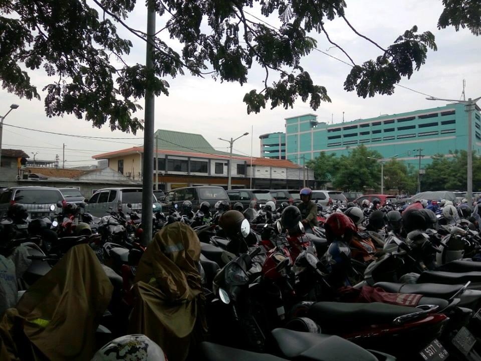 Tempat Parkir Kendaraan di Stasiun Pasar Turi