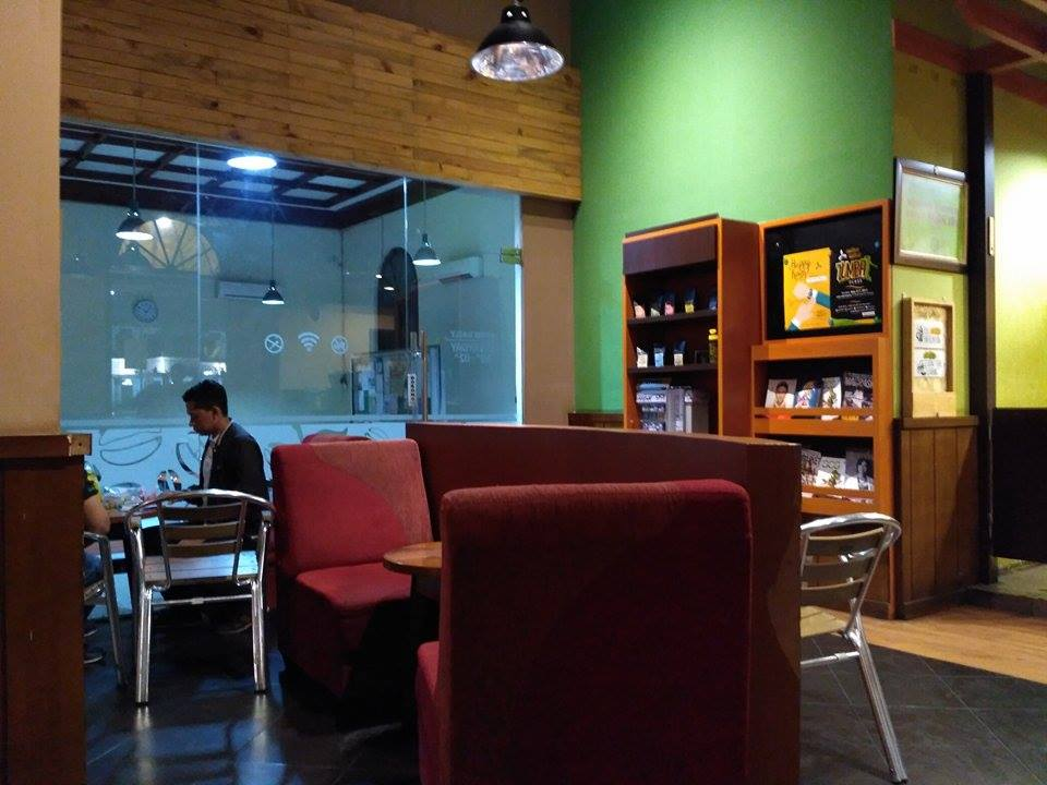Tempat Nongkrong Malam di Post Shop Coffee Toffee Surabaya Bagian Dalam