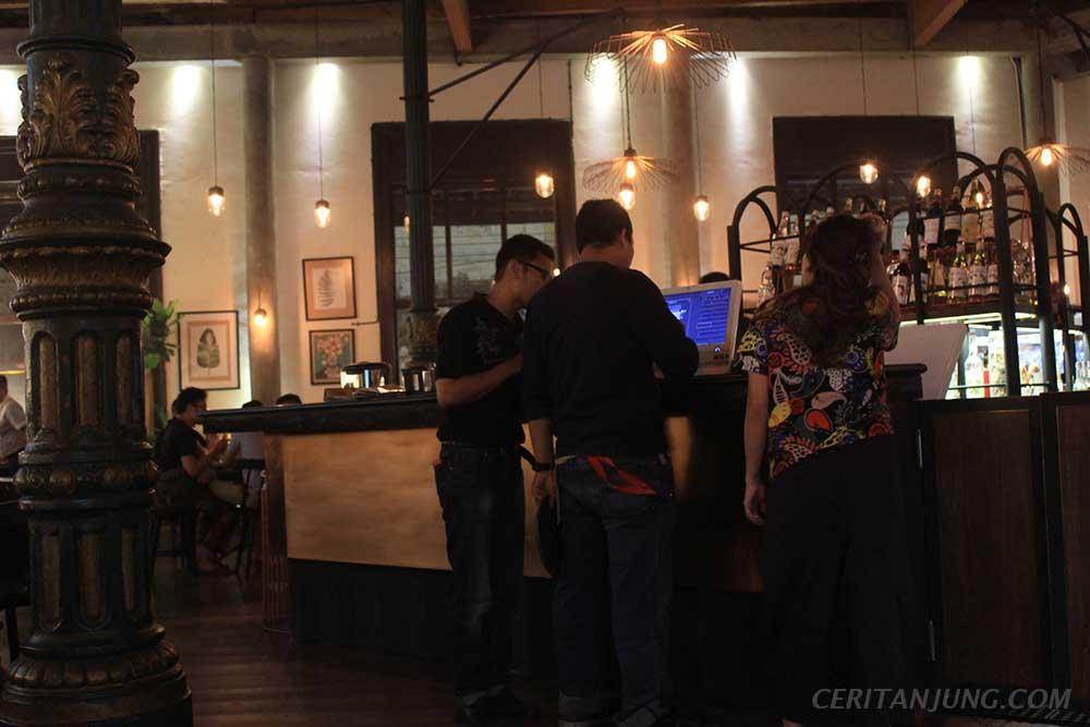 'Spiegel Bar & Bistro' Gaya Khas Eropa di Kota Lama