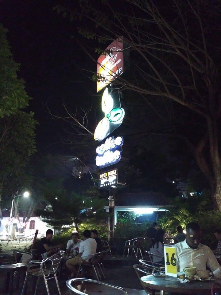 Tempat Nongkrong Malam di Post Shop Coffee Toffee Surabaya Bagian Luar